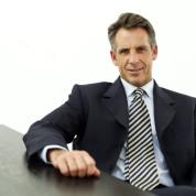 Reifer Geschäftsmann Seated an einem Tisch